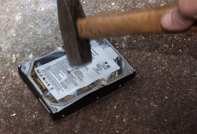 Verbände müssen die Löschfristen unbedingt einhalten - zur Not auch mit dem Hammer. Bild: Bernd Kasper / pixelio.de