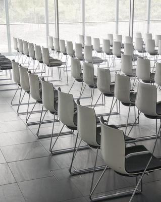 Leere Stühle während der COVID-19-Pandemie? Es gelten für die Mitgliederversammlung spezielle Vorschriften, Bild: Rainer Sturm, pixelio.de